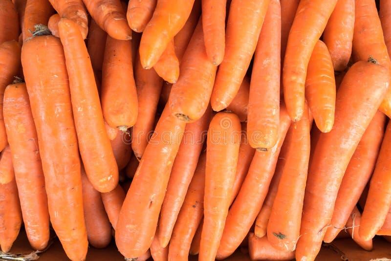 红萝卜待售在城市市场上 免版税库存照片