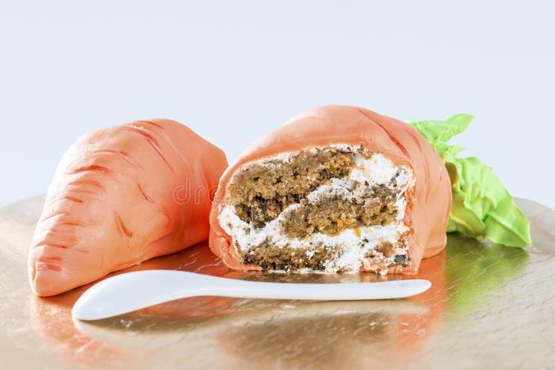 以红萝卜特写镜头的形式,切成了两半可口蛋糕 免版税图库摄影
