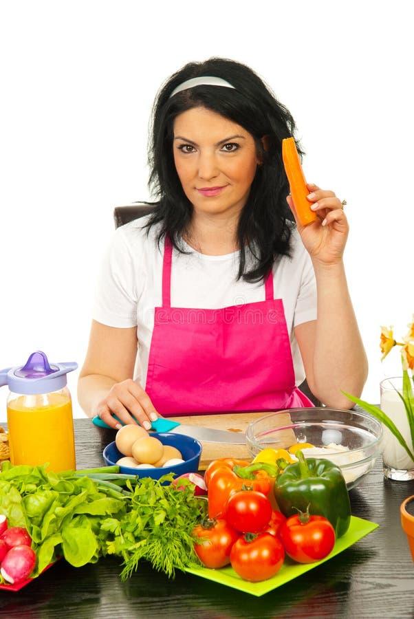 红萝卜藏品厨房妇女 免版税库存图片