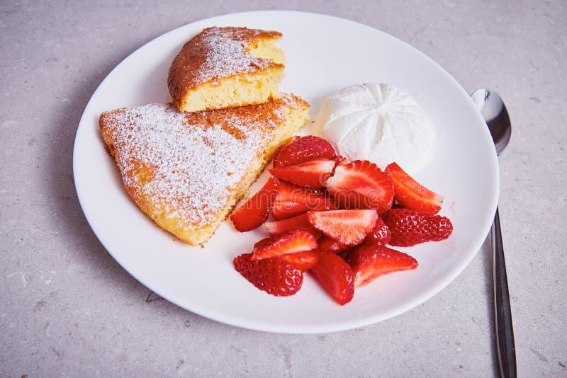 红萝卜饼板材点心新鲜的草莓冰淇凌片断  免版税库存照片