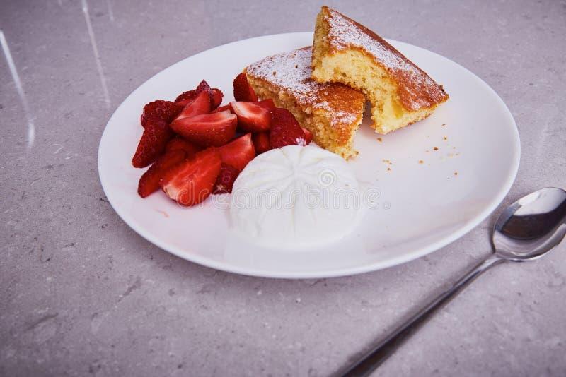 红萝卜饼板材点心新鲜的草莓冰淇凌片断  免版税库存图片