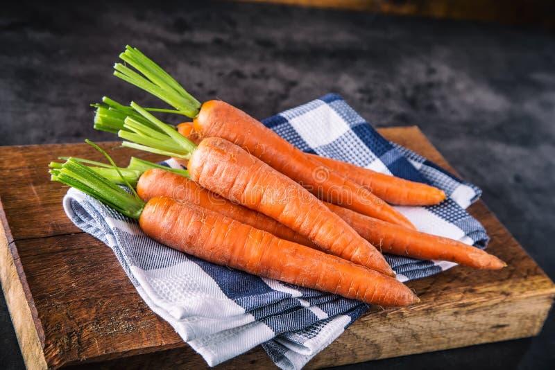 红萝卜 新鲜束的红萝卜 查出的嫩胡萝卜 未加工的新鲜的有机橙色红萝卜 健康素食主义者菜食物 免版税库存照片