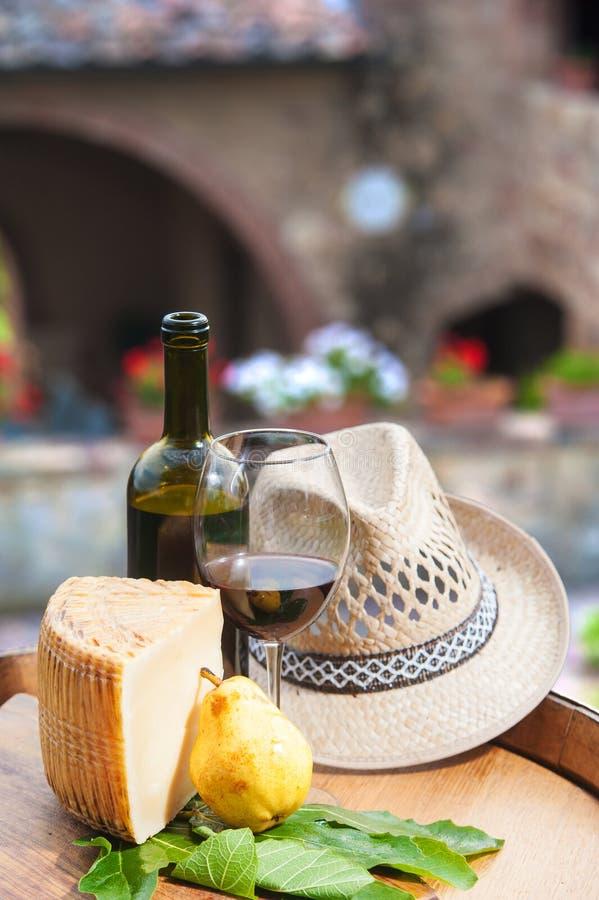 红葡萄酒、pecorino乳酪和梨在木桶 库存图片