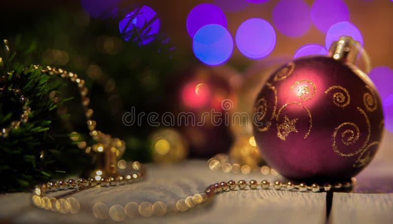 红葡萄酒与样式的圣诞节球 免版税库存照片