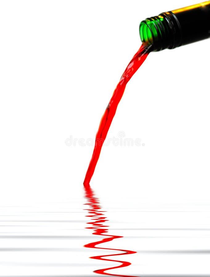 红葡萄酒倾吐… 库存照片