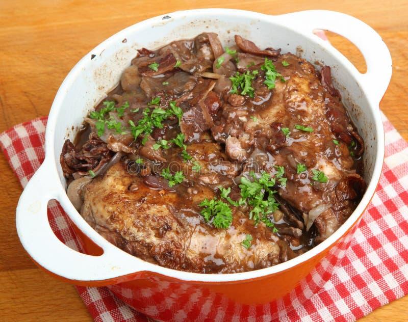 红葡萄酒煮蛋,在酒的法国鸡 免版税库存图片