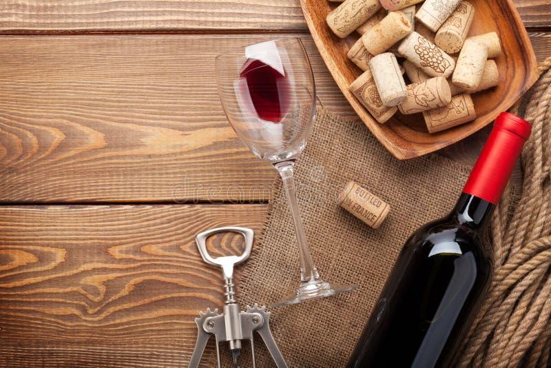 红葡萄酒瓶、酒杯、碗有黄柏的和拔塞螺旋 免版税库存照片