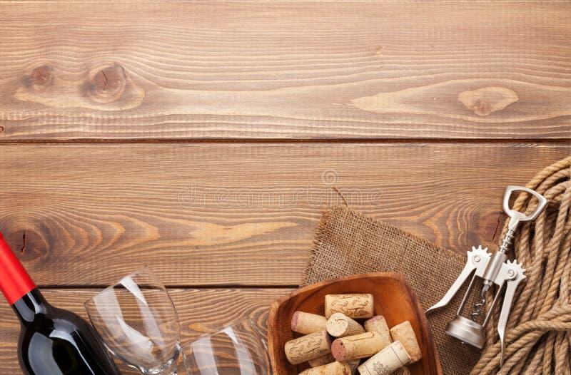 红葡萄酒瓶、玻璃、碗有黄柏的和拔塞螺旋 库存照片