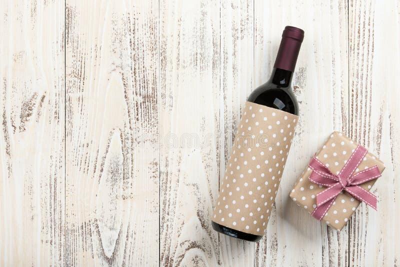 红葡萄酒瓶和礼物盒 库存照片