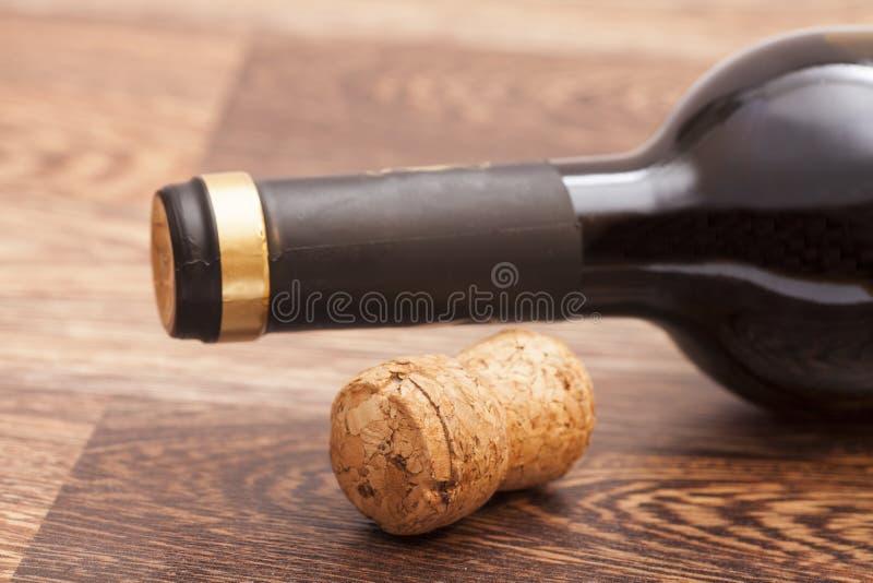 红葡萄酒瓶和黄柏 免版税库存图片
