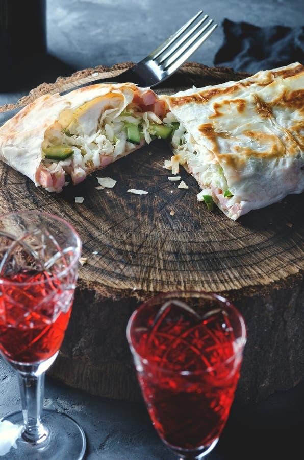 红葡萄酒的传统开胃菜 在树桩的Lavash,在那里前景是两水晶玻璃 库存图片