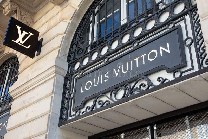 红葡萄酒,阿基旃/法国- 2019年3月22日:为署名有交织字母的提包已知的路易・威登商店标志商店豪华品牌 图库摄影