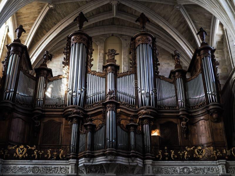 红葡萄酒, GIRONDE/FRANCE - 9月20日:器官在大教堂里 免版税库存图片