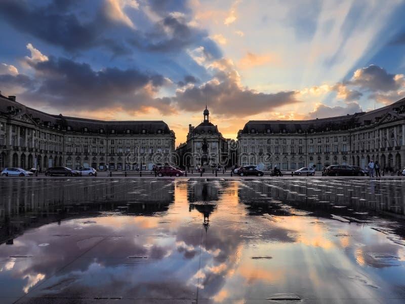 红葡萄酒, GIRONDE/FRANCE - 9月20日:Miroir d'Eau在地方 免版税库存照片