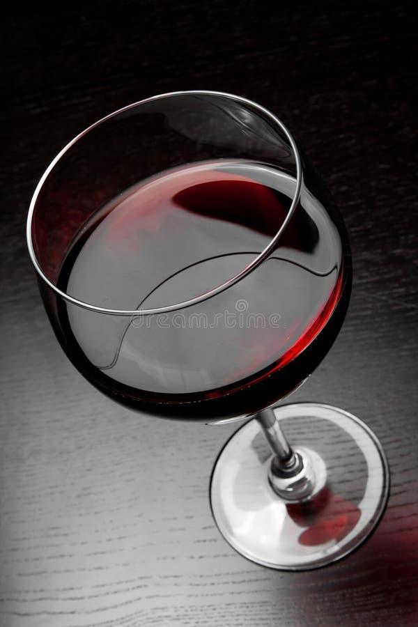 红葡萄酒玻璃看法上面  免版税库存图片