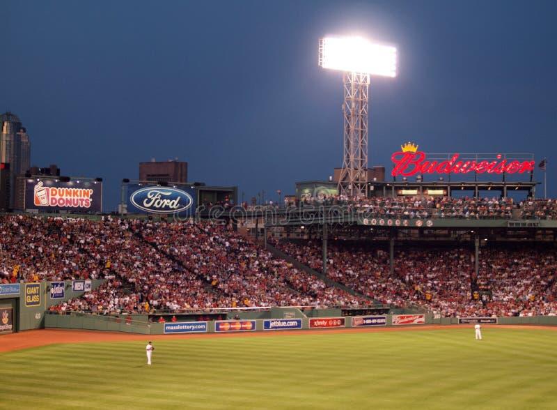 红袜队外野手在即将来临的戏剧的位置站立与阴级射线示波器 免版税库存照片