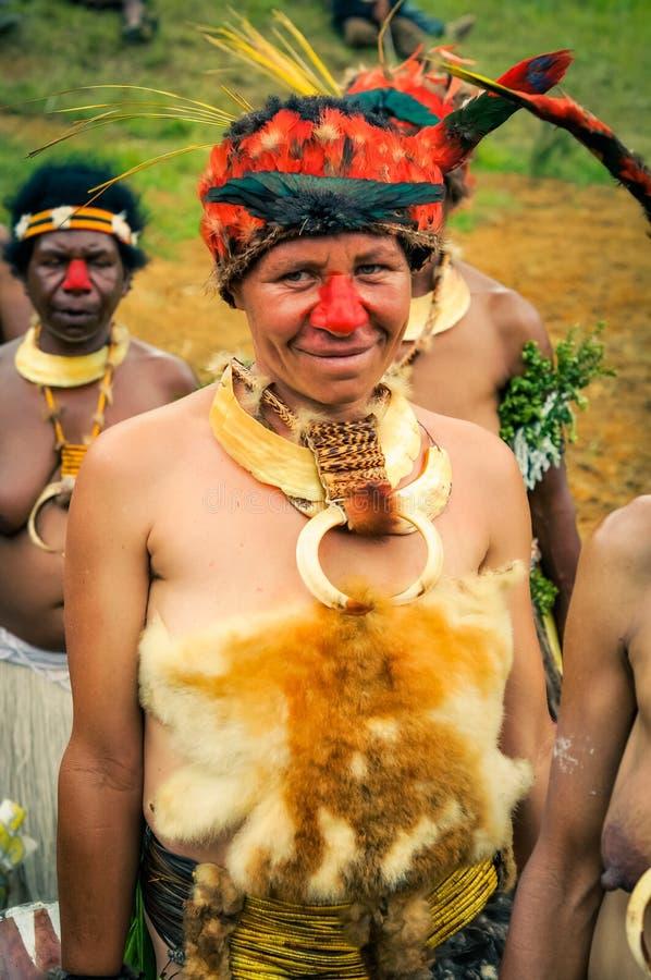 红被引导的舞蹈家在巴布亚新几内亚 库存照片