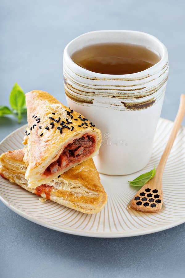 红豆油酥点心用绿茶 免版税库存图片