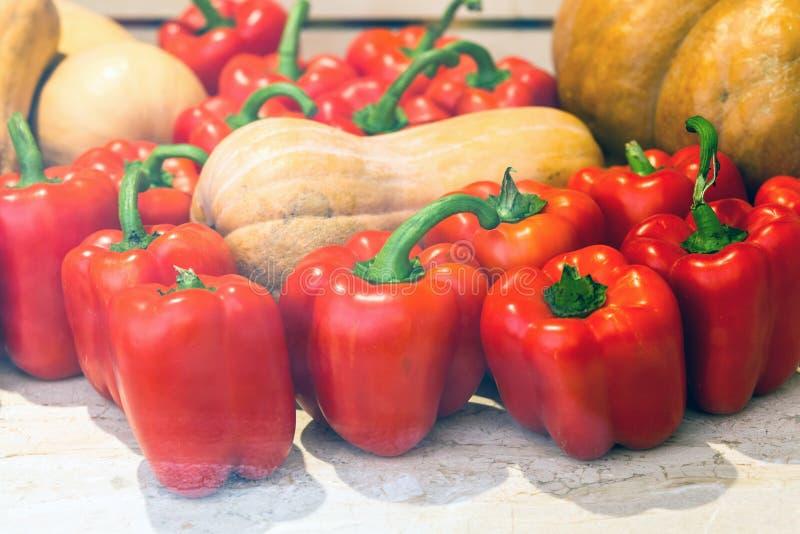红辣椒堆在瓜中的 库存照片