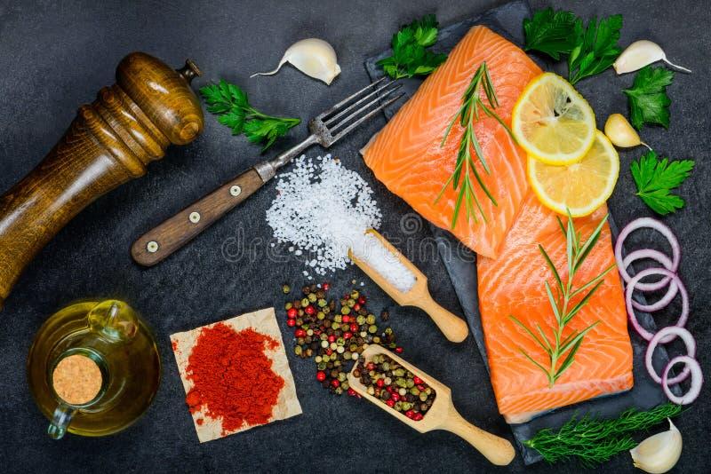 红鲑鱼有烹调的成份、草本和香料鱼片 免版税库存图片