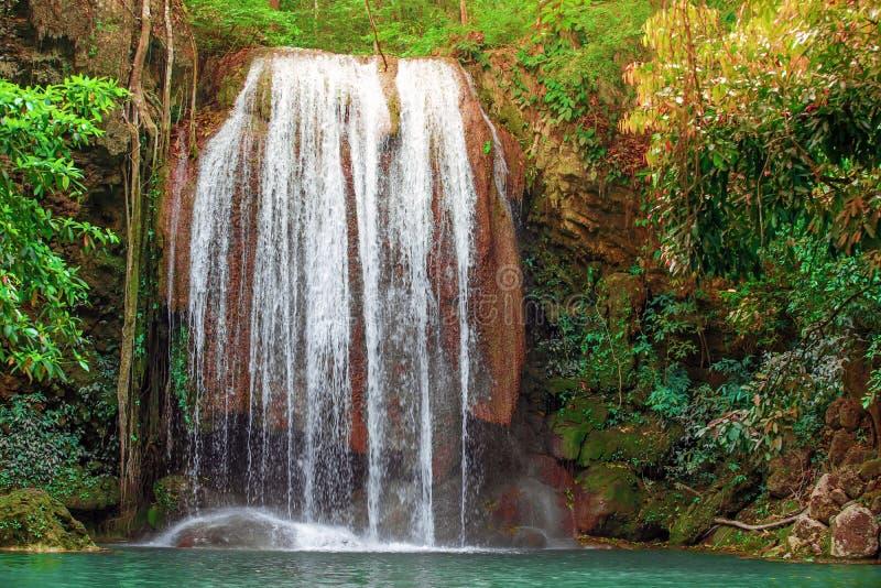 红黄色叶子包围的温泉城Onsen自然巴恩 在鲜绿色大海的瀑布在爱侣湾国立公园 Erawa 库存照片