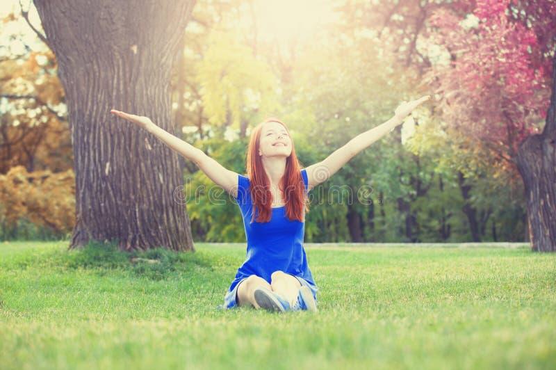 红头发人女孩在公园 免版税库存照片
