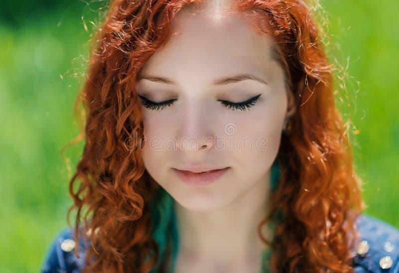 红头发人女孩面孔特写镜头 免版税图库摄影