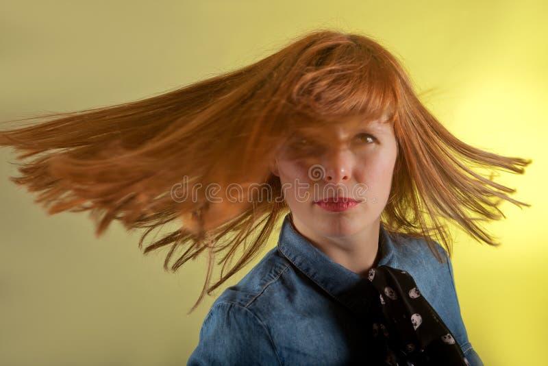 红头发人女孩黄色背景 免版税图库摄影