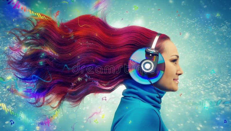红头发人妇女听 免版税库存图片