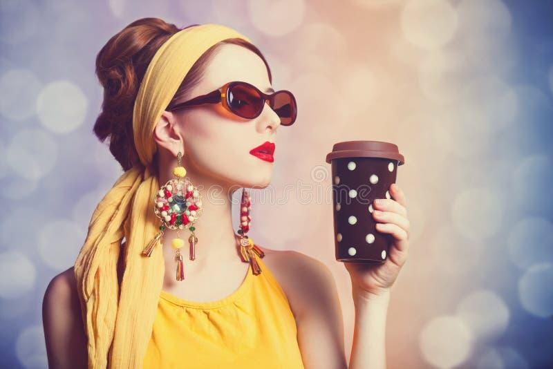 红头发人妇女用咖啡。 免版税库存图片