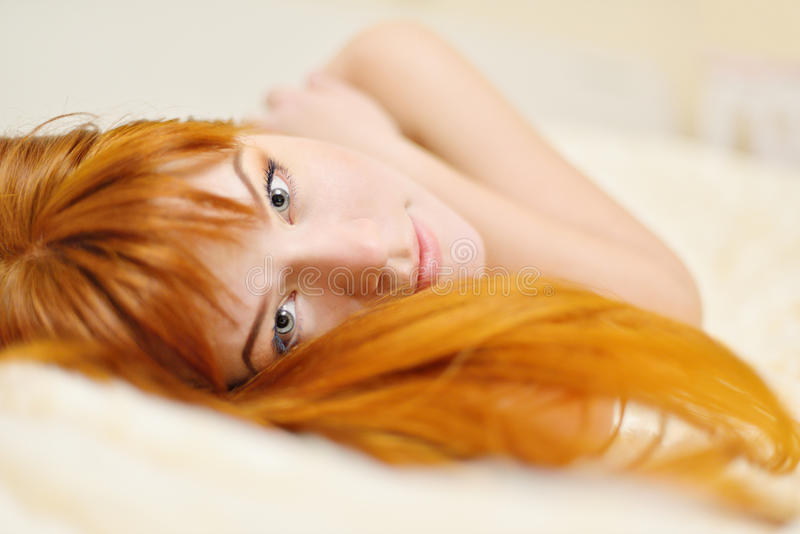 红头发人少妇 免版税图库摄影
