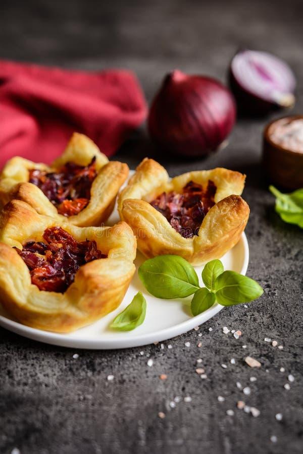 红洋葱和各式各样的蕃茄微型果子馅饼 免版税库存图片