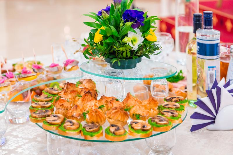 纤巧和快餐在宴会 公司事件 外部承办酒席 抛光 库存照片