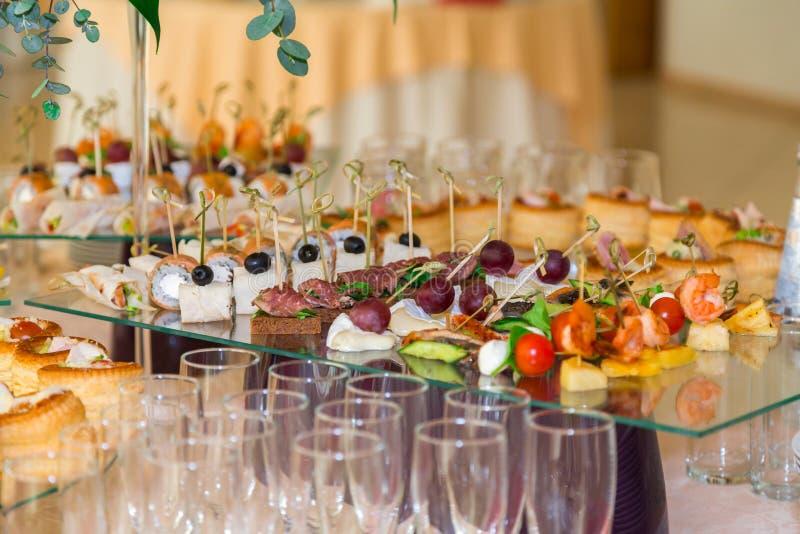纤巧和快餐在宴会 自助餐庆祝 餐馆承办酒席 在招待会的表设置 图库摄影