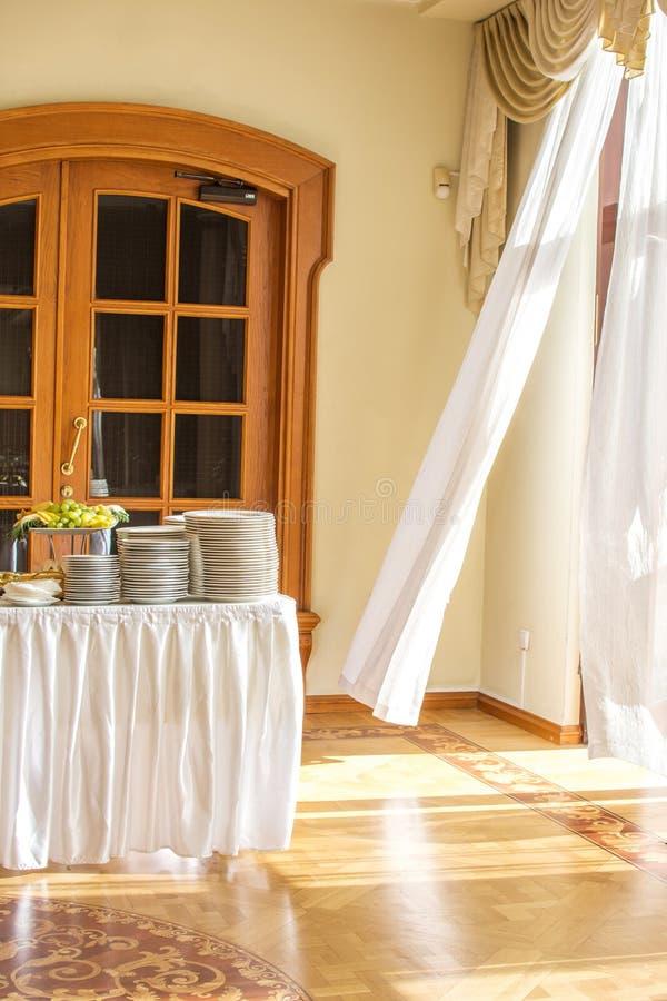 纤巧和快餐在自助餐或宴会 承办酒席 选择聚焦 免版税库存照片