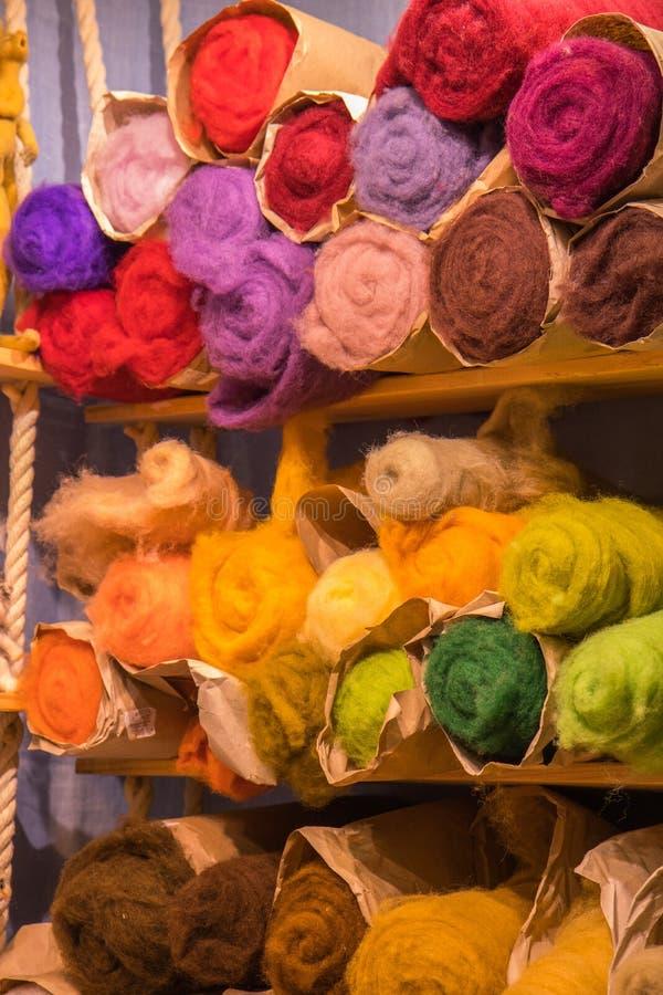 纤维徘徊为针毡合手的毛纱转动DIY工艺材料 库存图片