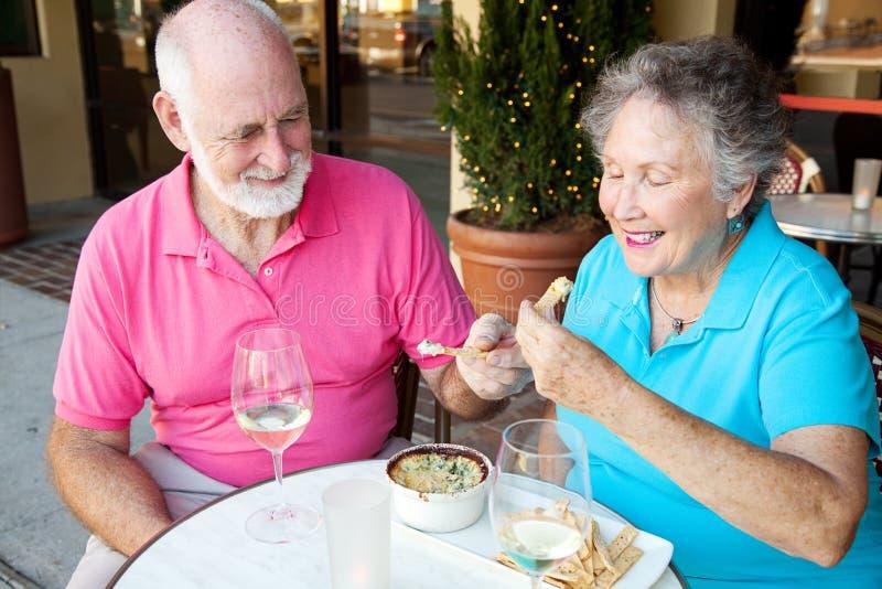 约会前辈享用开胃菜 库存照片