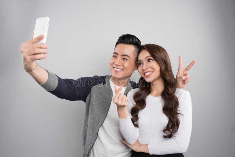约会在爱的年轻夫妇 微笑的亚洲夫妇画象  免版税库存照片