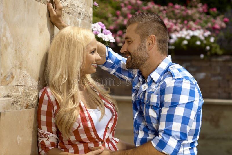 约会年轻白肤金发的女孩的确信的人户外 库存图片