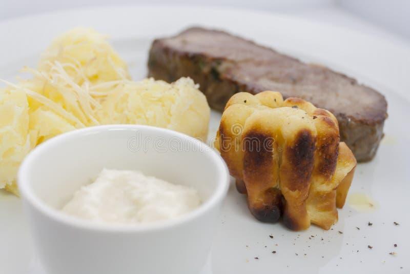 约克夏布丁和烤牛肉用土豆泥在一块白色板材 库存图片