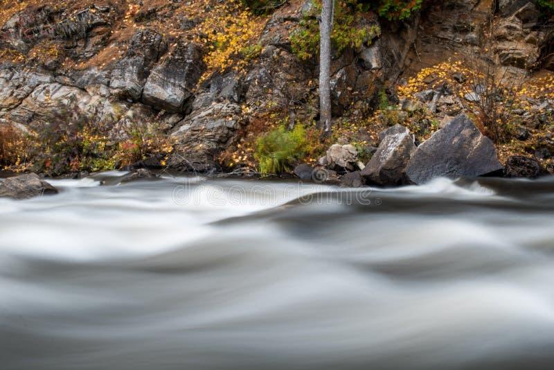 约克河冲通过岩石峭壁在秋天 免版税图库摄影