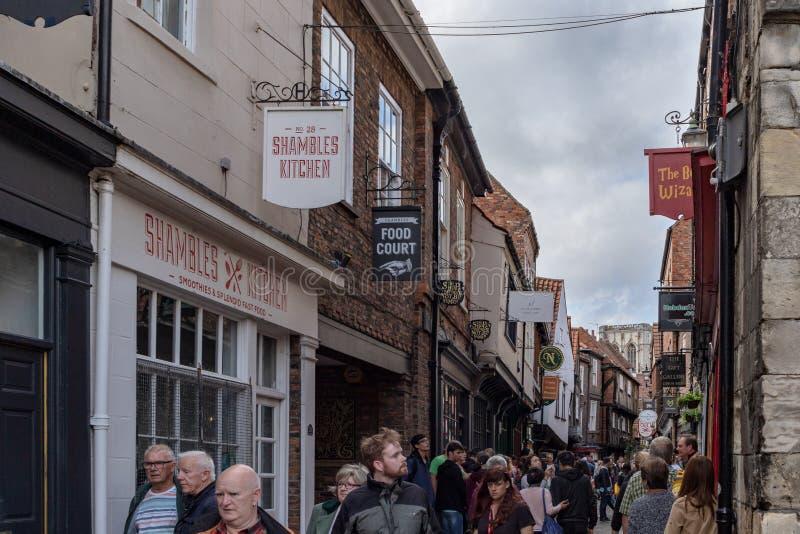 约克,英国- 2018年7月20日:走在t街道上的人们  免版税库存照片