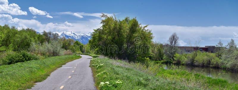 约旦河大路足迹、红木毗邻遗产大路足迹的Trailhead,与周围的树的全景视图和泥沙f 免版税图库摄影
