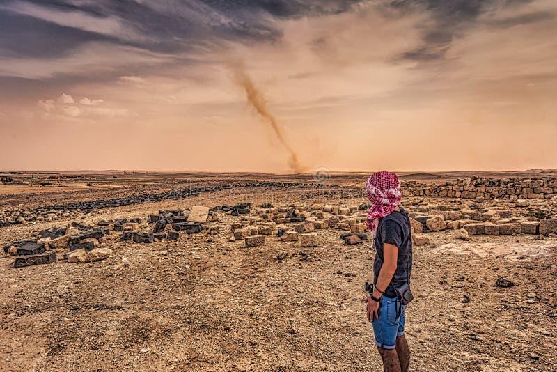 约旦- 2018年9月30日:旅行者和沙尘暴在约旦沙漠的沙丘中 免版税库存图片