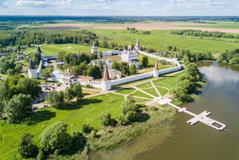 约瑟夫沃洛科拉姆斯克lavra或Josepho-Volotsky修道院、克里姆林宫和湖,沃洛科拉姆斯克,莫斯科州,俄罗斯 东正教 免版税库存照片