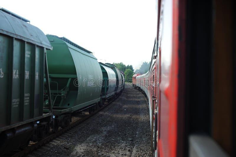 约纳瓦,立陶宛- 2011年6月26日:立陶宛铁路系统和轨道 去在快车 留下驻地 库存照片