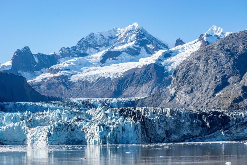 约翰・霍普金斯冰川在有Lituya山和登上的Salisbur阿拉斯加在背景中 库存照片