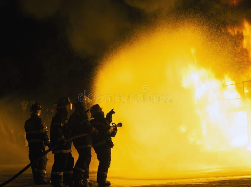 约翰内斯堡,南非- 5月,指向往火的2018名消防队员在战斗的训练期间 免版税库存照片