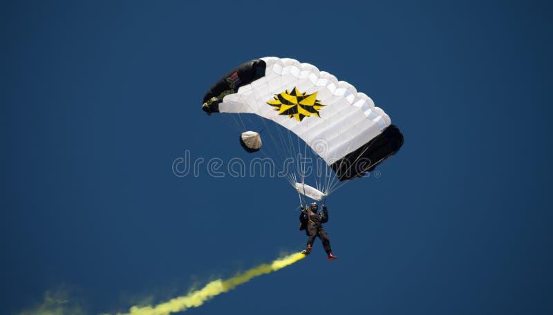 约翰内斯堡,南非- 2017年4月-南非国防军特种部队降伞 免版税库存图片