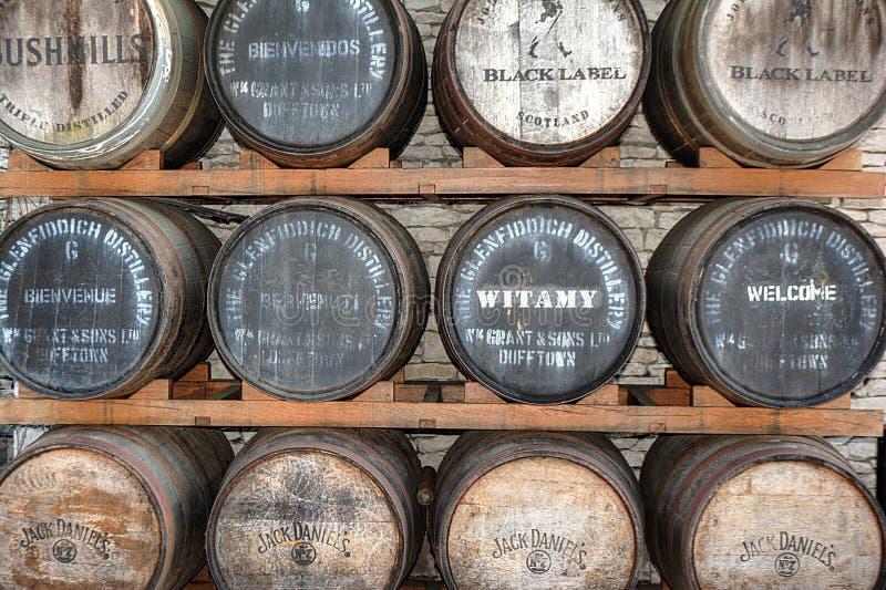 约翰妮步行者杰克Daniels Bushmills威士忌酒桶堆 图库摄影